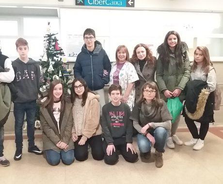 Taller d'arbres de Nadal a l'aula hospitalària de l'Arnau