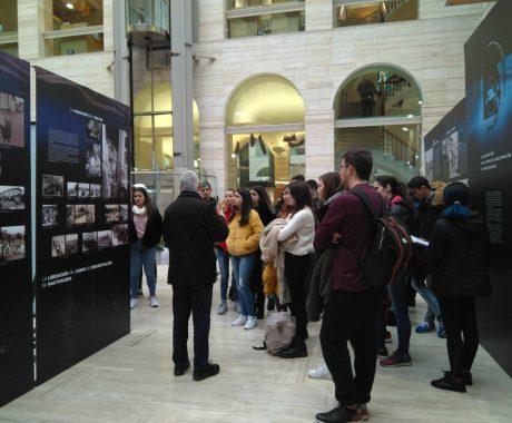"""Alumnat de 1r de Batxillerat visita l'exposició """"Imágenes y Memoria de Mauthausen"""" a la Biblioteca Pública"""